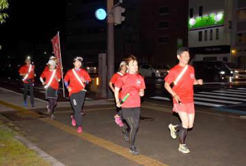 ジョギングをしながら地域を見守る「パトラン」のメンバー=佐賀市の神野東一丁目交差点