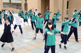 仮装パフォーマンスの練習に打ち込む生徒たち=2日午後、室蘭清水丘高