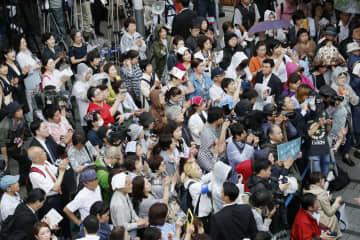 参院選が公示され、街頭演説に集まった有権者ら=4日午前、東京都新宿区