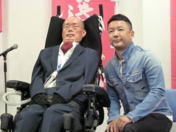 参院選比例区での出馬を表明する山本太郎氏(右)とALS患者の船後靖彦氏(左)=2019年7月3日