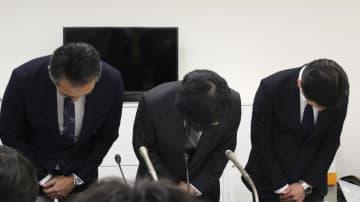 記者会見の冒頭で謝罪し、頭を下げるセブン・ペイの小林強社長(中央)ら=4日午後、東京都千代田区
