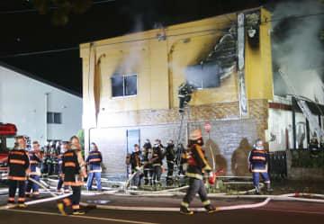 火災があった住宅=4日午後8時46分、北海道旭川市