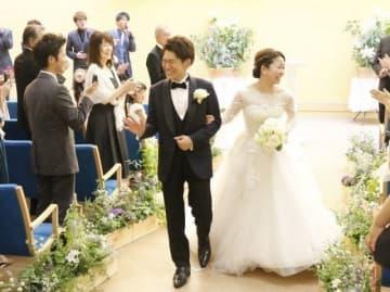 「夢婚」で式を挙げた小笠原沙也加さんと直生さん(中央の2人)