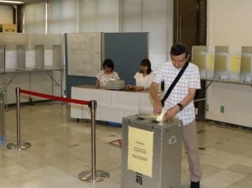 参院選の期日前投票をする有権者=岡山市北区役所