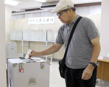 期日前投票する有権者=長崎市選管