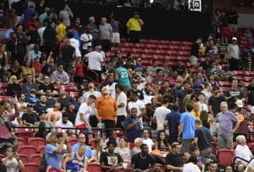 5日、米ラスベガスで、地震後にバスケットボールの試合会場から避難しようとする観客ら(ゲッティ=共同)