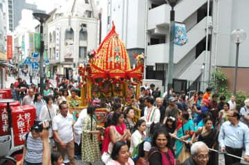インドの歌や踊りを披露しながら商店街を練り歩く山車 =川崎市川崎区