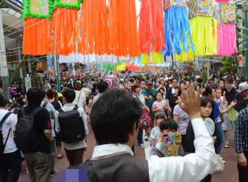 「湘南ひらつか七夕まつり」の会場を練り歩く候補者=6日午後、平塚市(画像の一部を修整しています)