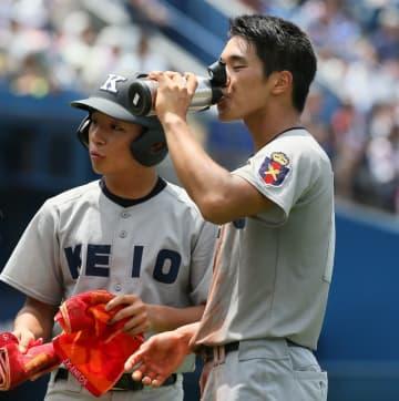 小まめに水分補給する選手=昨夏の北神奈川大会決勝から