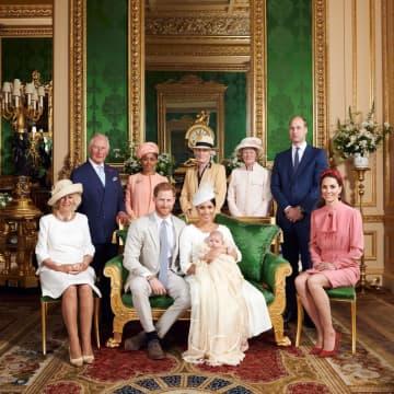 ヘンリー英王子とメーガン妃が公開した、夫妻と長男アーチーちゃんら(前列中央の3人)の写真=6日、英ウィンザー城(ロイター=共同)