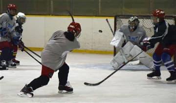 初の氷上練習、本格始動/アイスホッケー/東北フリーブレイズ女子チーム「クリスタルブレイズ」/八戸