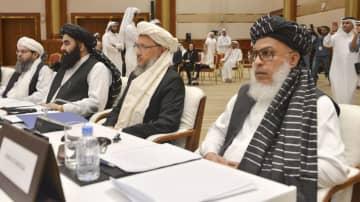 アフガニスタンの戦闘終結について話し合う会合に集まった反政府武装勢力タリバンのメンバー=7日、カタール・ドーハ(共同)