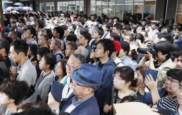街頭演説に耳を傾ける有権者ら=7日、千葉県船橋市