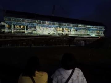 建設中の府立京都スタジアムに投影された映像。観客が見守った(6日午後8時、亀岡市追分町)