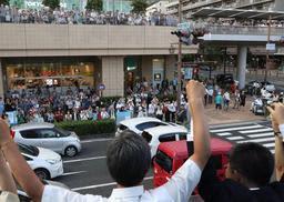 応援演説に駆け付けた党幹部の演説に耳を傾ける有権者ら=7日午後、尼崎市内(撮影・吉田敦史、画像の一部を加工しています)