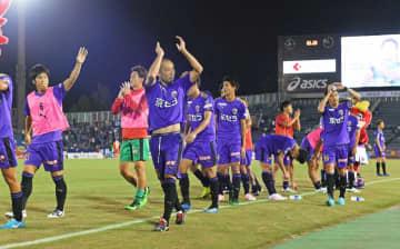 前半戦最後の試合で勝利し、J1自動昇格圏内の2位でシーズンを折り返したサンガイレブン(7日午後7時55分、京都市右京区・西京極陸上競技場)
