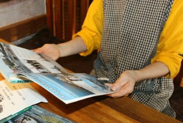 三男が勤める海上自衛隊関連の雑誌を集めている主婦。憲法改正には複雑な気持ちがあるという=杵築市