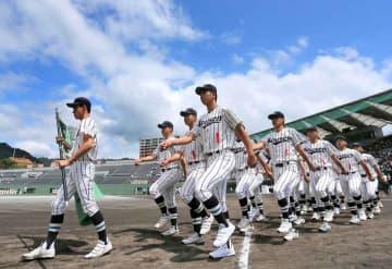 青空の下、はつらつと行進する選手たち(7日午前10時14分、大津市・皇子山球場)