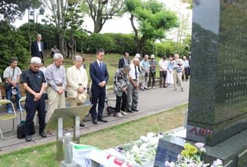 追悼碑の前で、黙とうをささげる参列者=平和公園