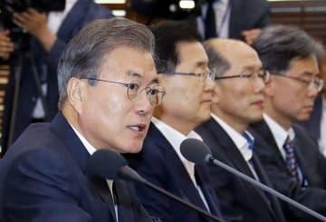 大統領府高官らとの会議で発言する韓国の文在寅大統領(左端)=8日、ソウル(聯合=共同)