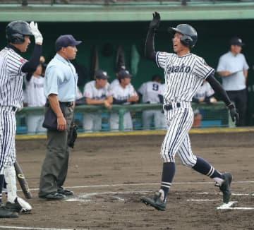 【竹田-柳ケ浦】1回裏柳ケ浦1死二塁、宇土の左中間への適時三塁打で二走の西川(右)が生還