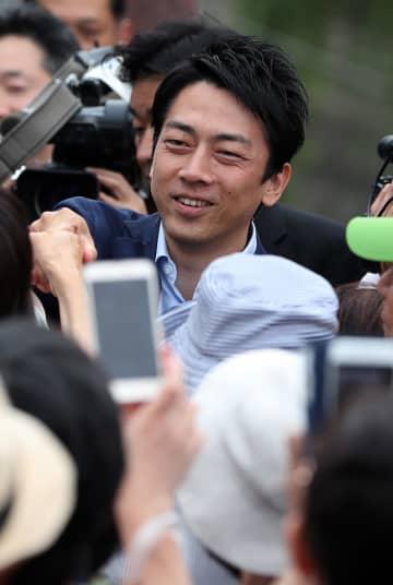 有権者らと握手する自民党の小泉進次郎衆院議員=長崎市、鉄橋