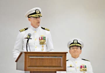 新司令官に就任したジャレット大佐(左)と離任したキム大佐=米海軍横須賀基地