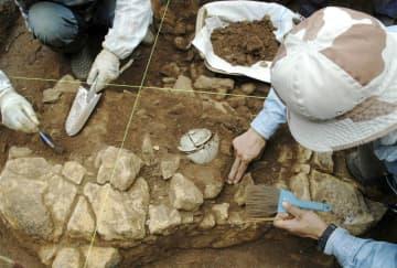 三浦按針の墓から見つかったつぼ(中央)。中から人骨が見つかった=2017年7月、長崎県平戸市(同市提供)