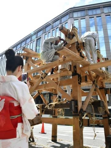 京都・祇園祭前半の山鉾巡行を前に始まった「鉾建て」=10日午前