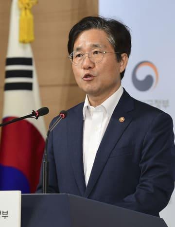 9日、ソウルで記者会見する韓国の成允模・産業通商資源相(共同)