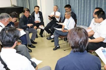 ロケットによる地域活性化について話し合う参加者(9日、和歌山県串本町串本で)