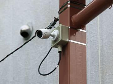 湊本通り商店街に設置された防犯カメラ(9日、和歌山県田辺市湊で)