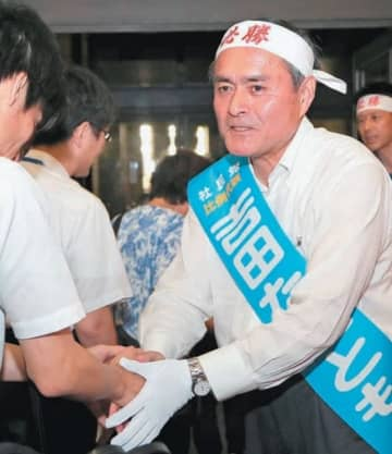 支持者と握手をする吉田忠智候補=大分市のコンパルホール