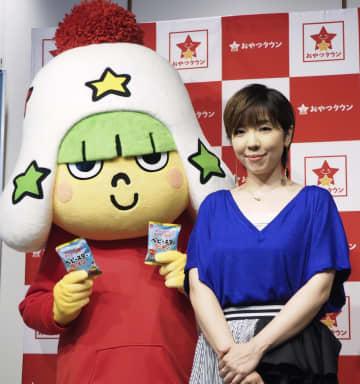 「おやつタウン」のショーのテーマ曲の発表会に登場した岡本真夜とベビースターキャラクターの「ホシオくん」=11日、東京都内