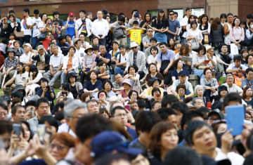 福岡市で街頭演説を聞く有権者ら=11日午後