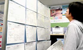 求人票に目を通す一津谷さん=室蘭公共職業安定所