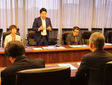 石井筆子のドラマ化を提案する園田市長(中央奧)=NHK放送センター