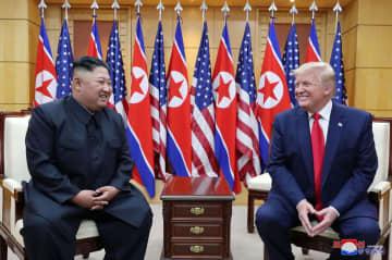 板門店で会談する北朝鮮の金正恩朝鮮労働党委員長(左)とトランプ米大統領=6月(朝鮮中央通信=共同)