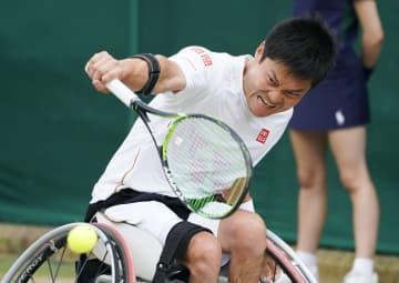 車いすの部男子シングルス準決勝でプレーする国枝慎吾。決勝進出を決めた=ウィンブルドン(共同)