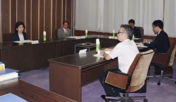 岐阜市役所で開かれた、いじめの実態や死亡の経緯などを調べる第三者委員会の初会合=12日午後