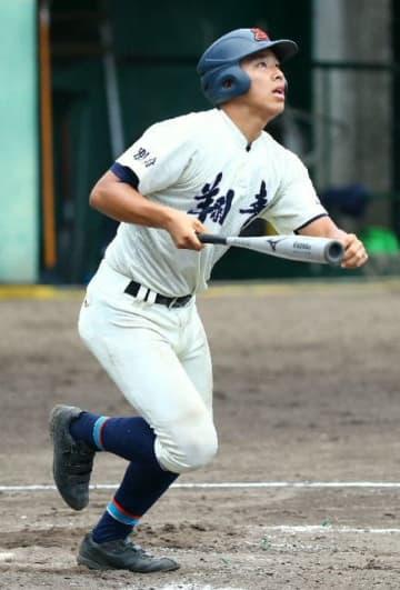 【宇佐―翔青】4回裏翔青無死一塁、塩月が右越え本塁打を放ち2点を加える=別大興産スタジアム
