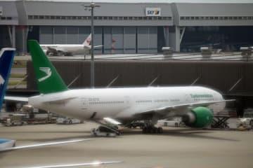 羽田空港に駐機中のトルクメニスタン航空のボーイング777-200LR型機(写真:編集部)