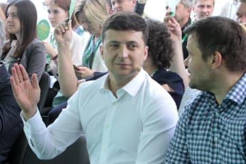 ウクライナの首都キエフで、政党「国民の奉仕者」の大会に参加したゼレンスキー大統領(中央)=6月9日(タス=共同)