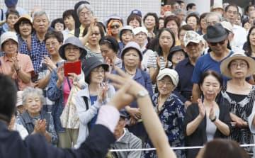 参院選が公示されて2度目の週末を迎え、演説を終えた立候補者(手前)に声援を送る支持者ら=13日午後、東京都品川区