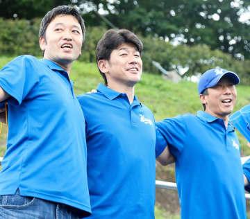 応援する三浦コーチ(中央)