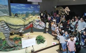 「ジェーン」のロボットやタルボサウルスの全身骨格に見入る家族連れら