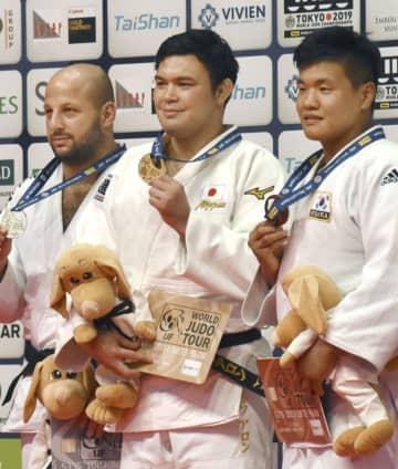 男子100キロ級で優勝し、金メダルを掲げるウルフ・アロン(中央)=ブダペスト(共同)