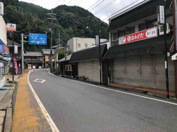 笠置駅から続く商店街。にぎわいを取り戻すための人材確保が課題だ(京都府笠置町)