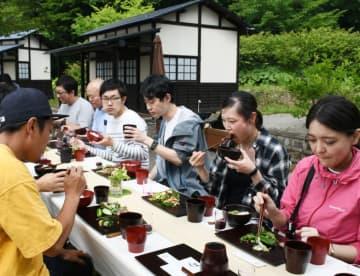 漆器で二戸の食材を味わうツアー参加者ら