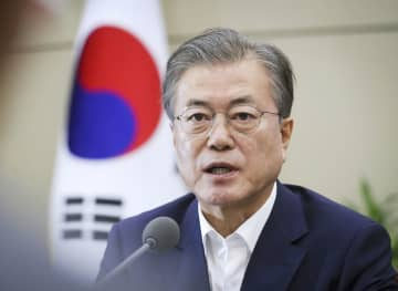 15日、ソウルの大統領府で開かれた会議で発言する文在寅大統領(韓国大統領府提供・共同)